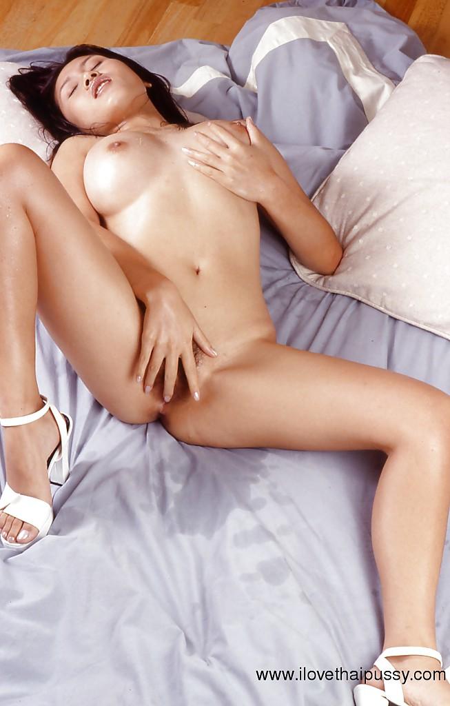 Привлекательная дама с широким тазом позирует на кровати голышом - фото #5