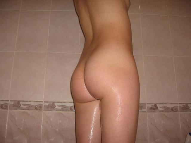 Симпатичная телочка с волосиками на киске купается в ванной - фото #0