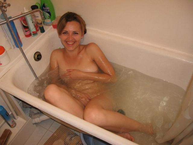 Симпатичная телочка с волосиками на киске купается в ванной - фото #1