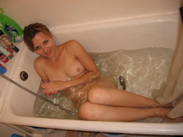 Симпатичная телочка с волосиками на киске купается в ванной - фото #9