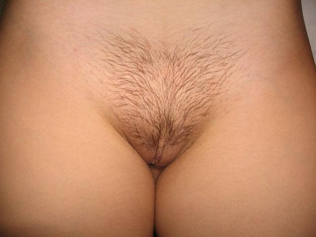 Симпатичная телочка с волосиками на киске купается в ванной - фото #22