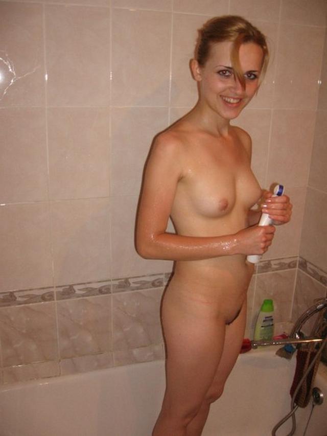 Симпатичная телочка с волосиками на киске купается в ванной - фото #27