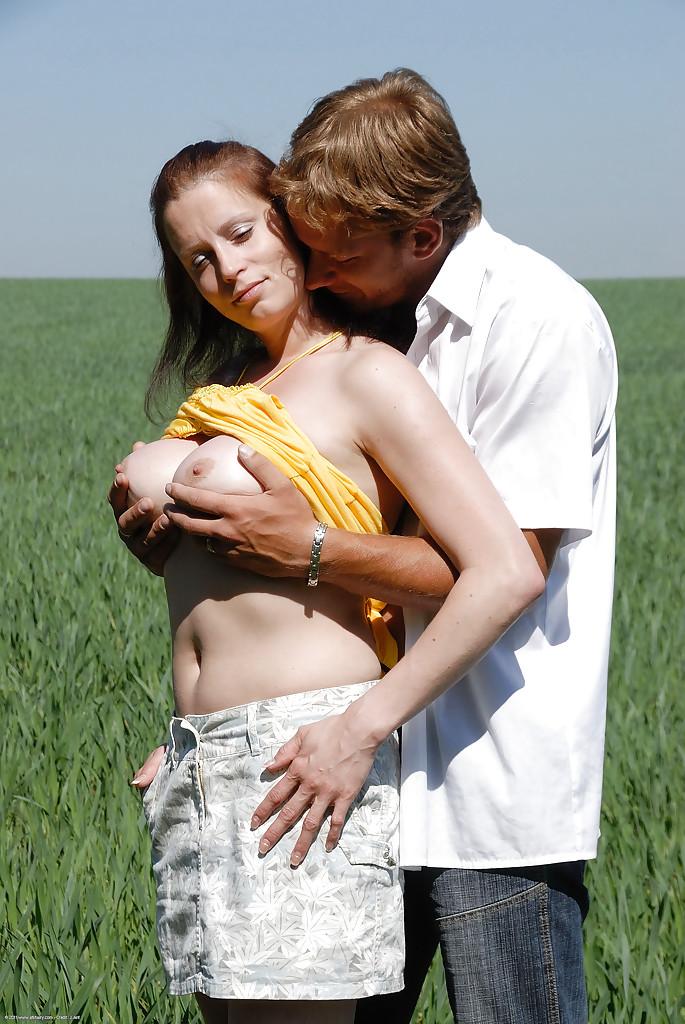 Фермер отодрал свою подругу посреди поля - фото #1
