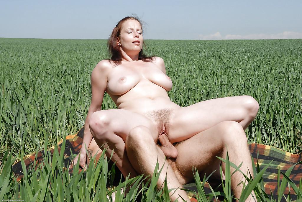 Фермер отодрал свою подругу посреди поля - фото #8