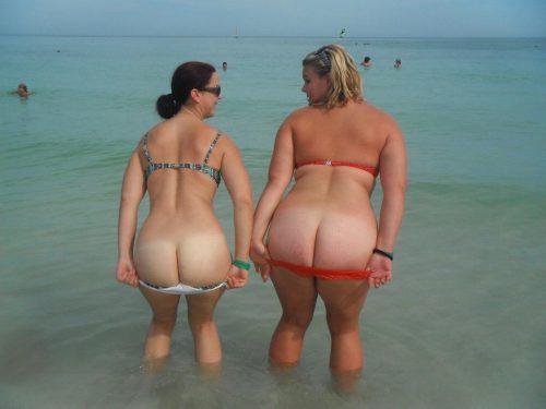 Трахают большие жопы на пляже фото грудастые зрелые