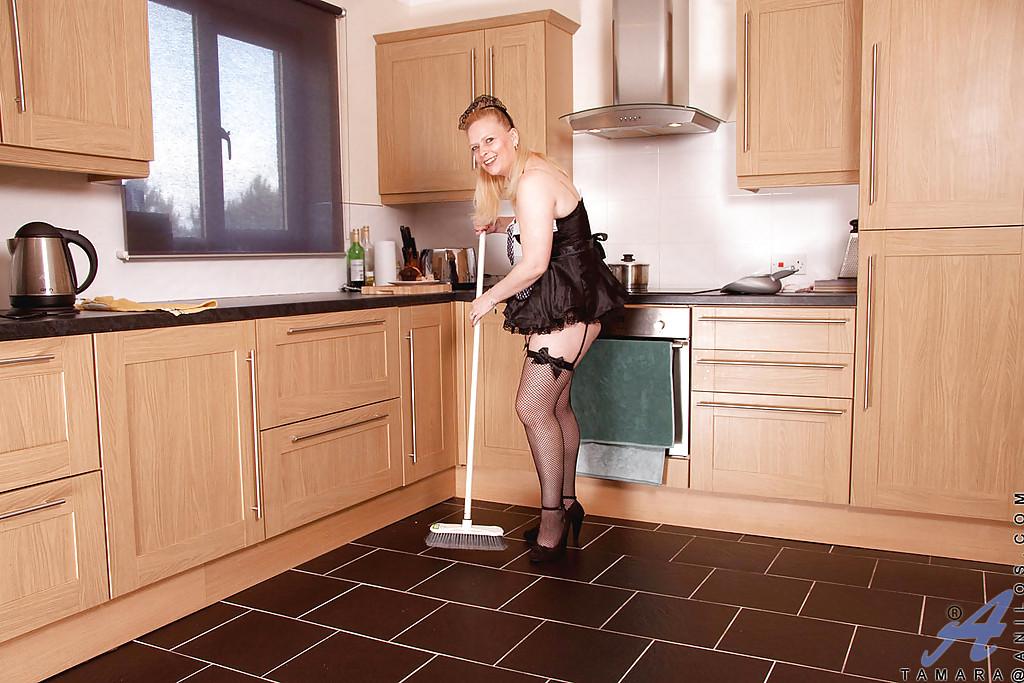 Горничная бросила уборку в кухне, чтобы поласкать свою дырку