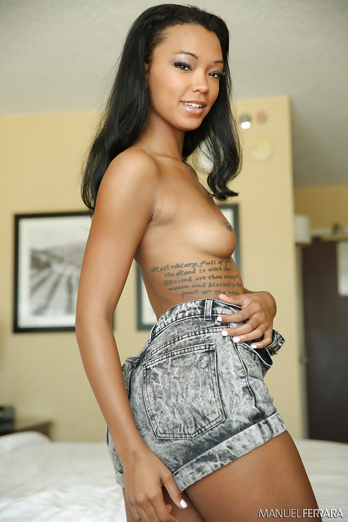 Татуированная мулатка разделась на кровати - фото #7