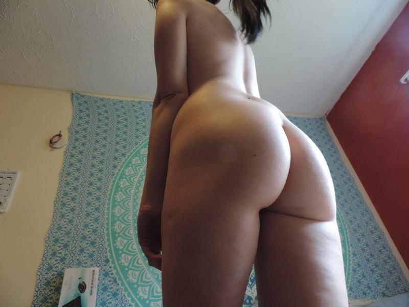 Худышка с торчащими сосками позирует голая - фото #3