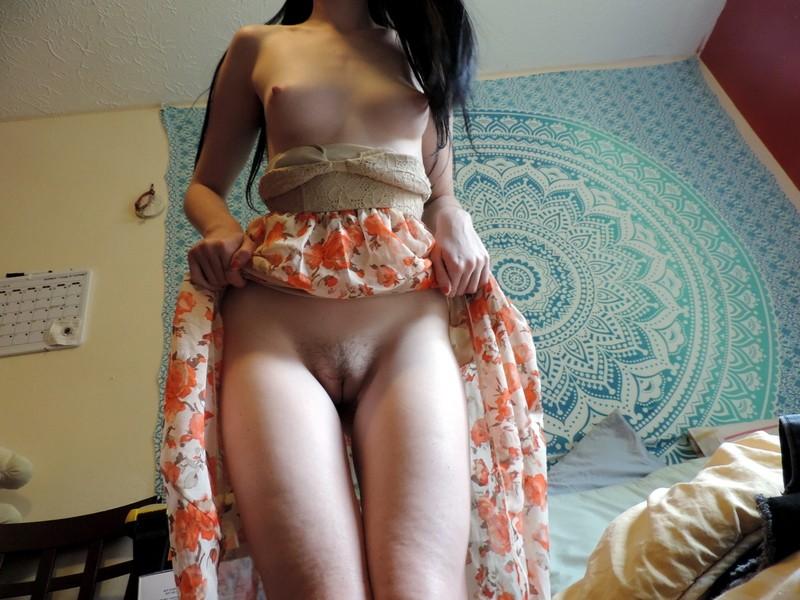 Худышка с торчащими сосками позирует голая - фото #8