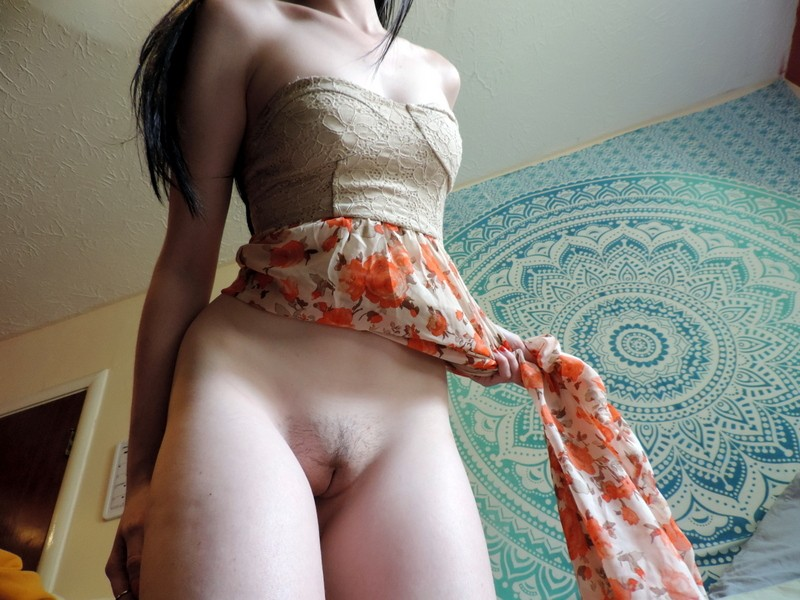 Худышка с торчащими сосками позирует голая - фото #9