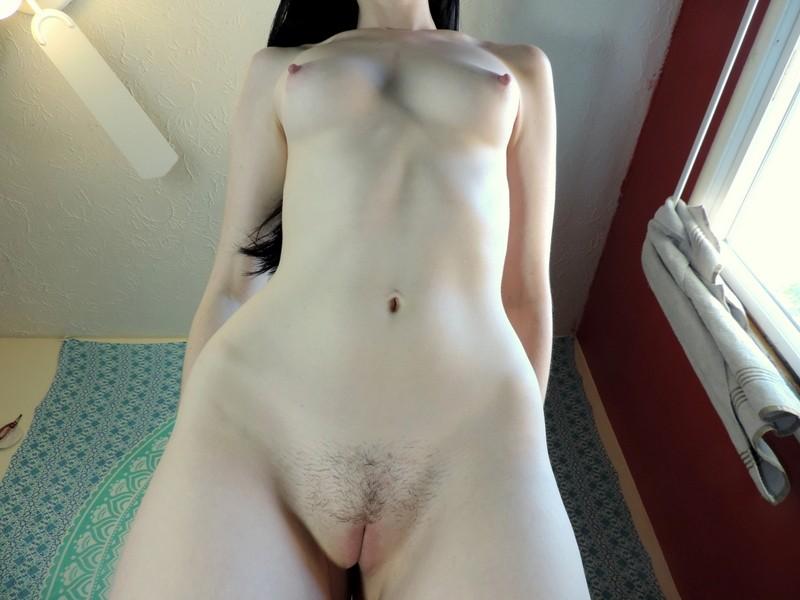 Худышка с торчащими сосками позирует голая - фото #12