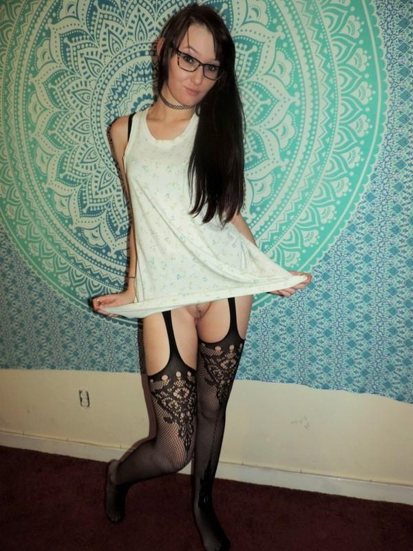Худышка с торчащими сосками позирует голая - фото #19