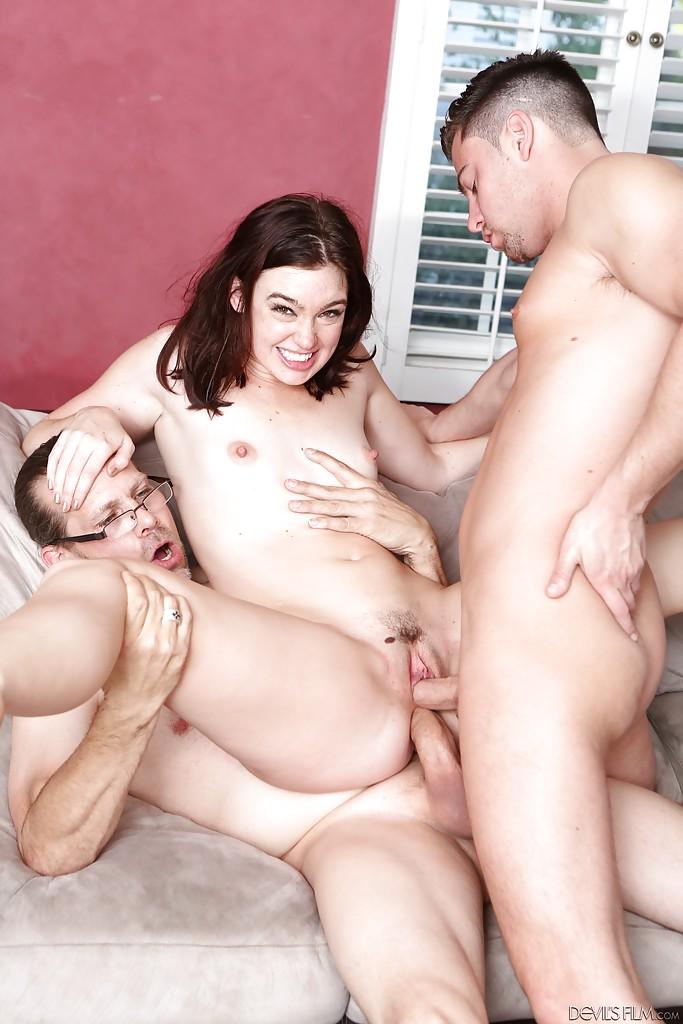 Три опытных мужика для молодой брюнетки - фото #6