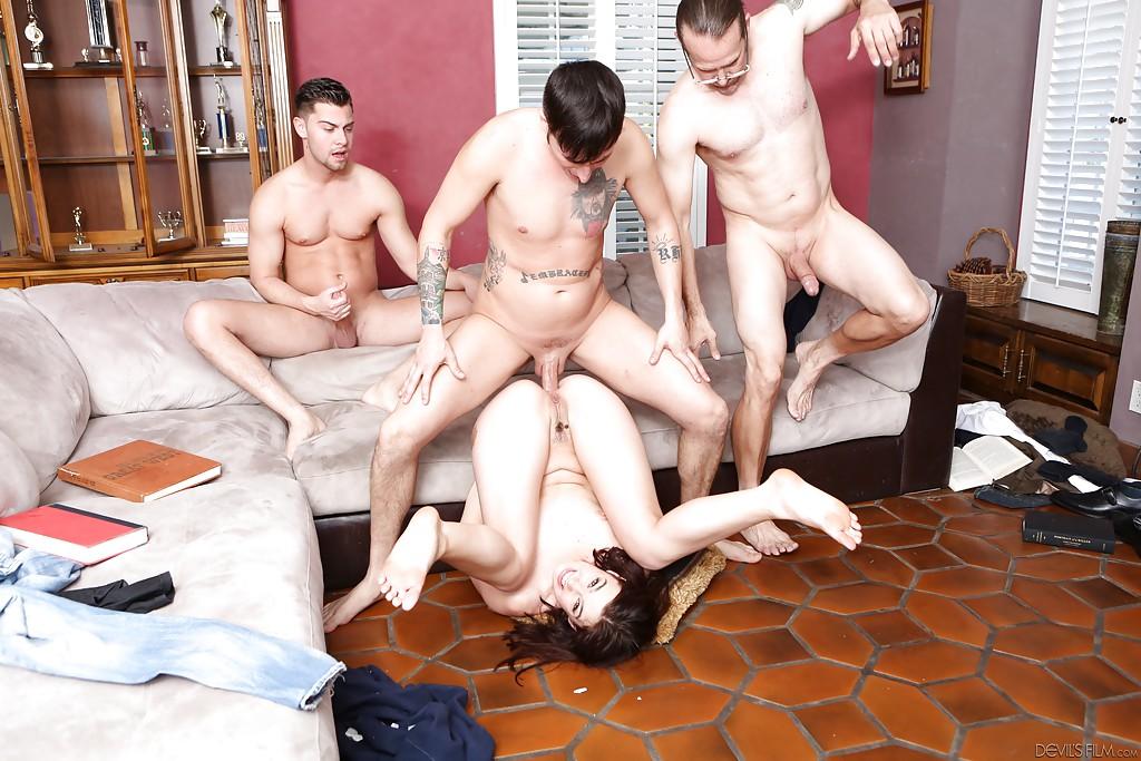 Три опытных мужика для молодой брюнетки - фото #8