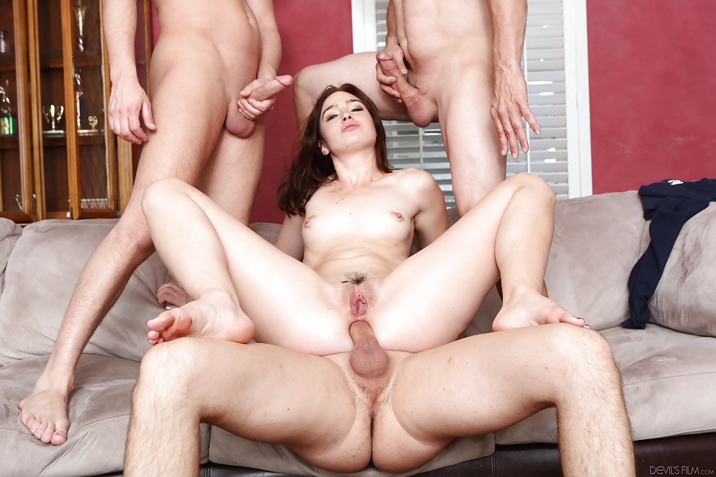 Три опытных мужика для молодой брюнетки - фото #12