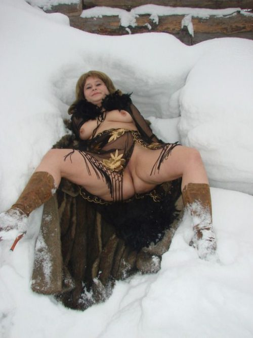 Деревенская баба позирует голая в сугробе