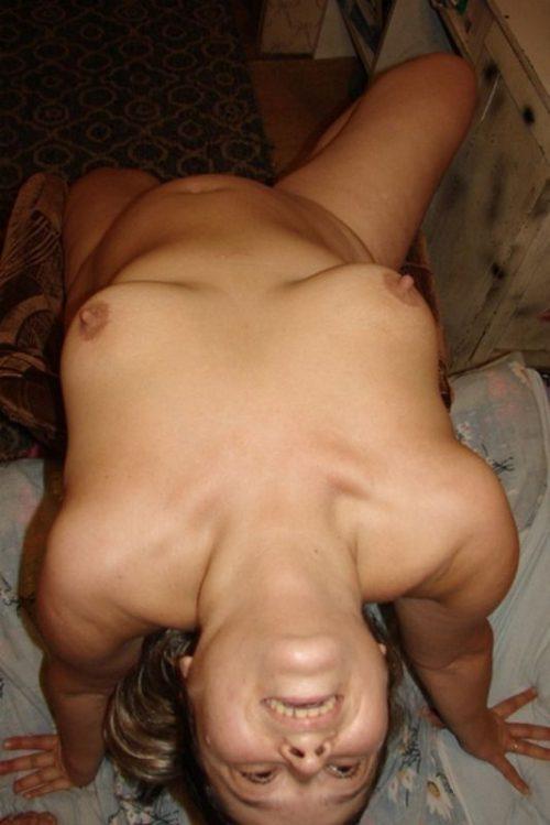 Деревенская баба позирует голая в сугробе - фото #1