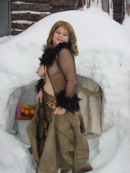 Деревенская баба позирует голая в сугробе - фото #2