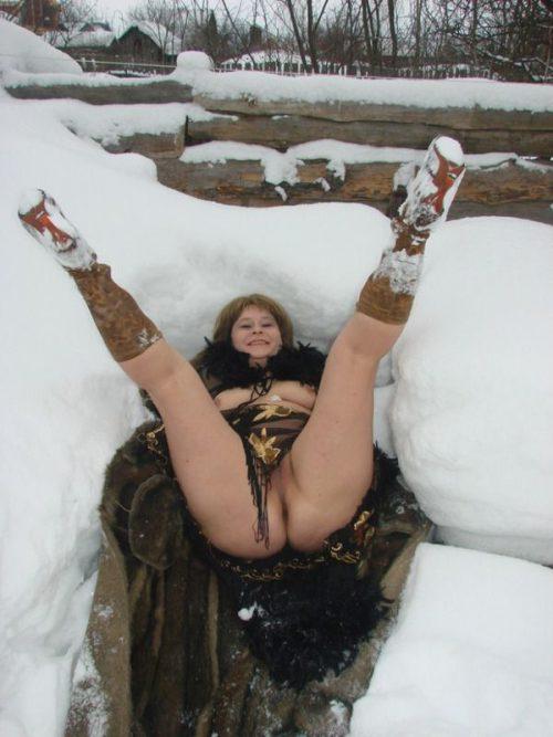 Деревенская баба позирует голая в сугробе - фото #8