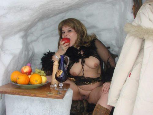 Деревенская баба позирует голая в сугробе - фото #9