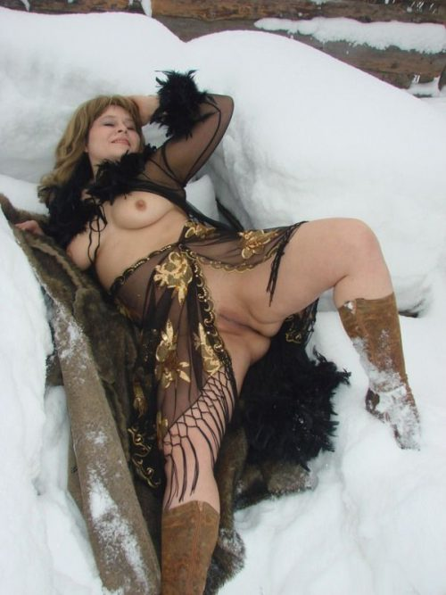 Деревенская баба позирует голая в сугробе - фото #10