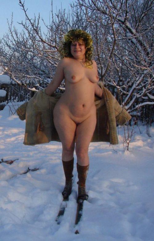 Деревенская баба позирует голая в сугробе - фото #11