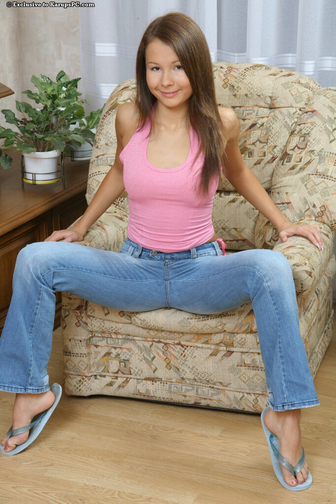 Милая леди показывает свою розовую киску сидя в кресле