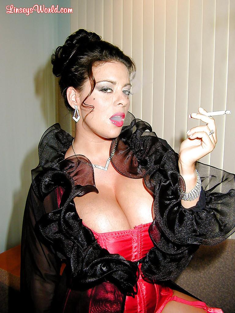 Интеллигентная дама с большими сиськами курит сигарету - фото #3
