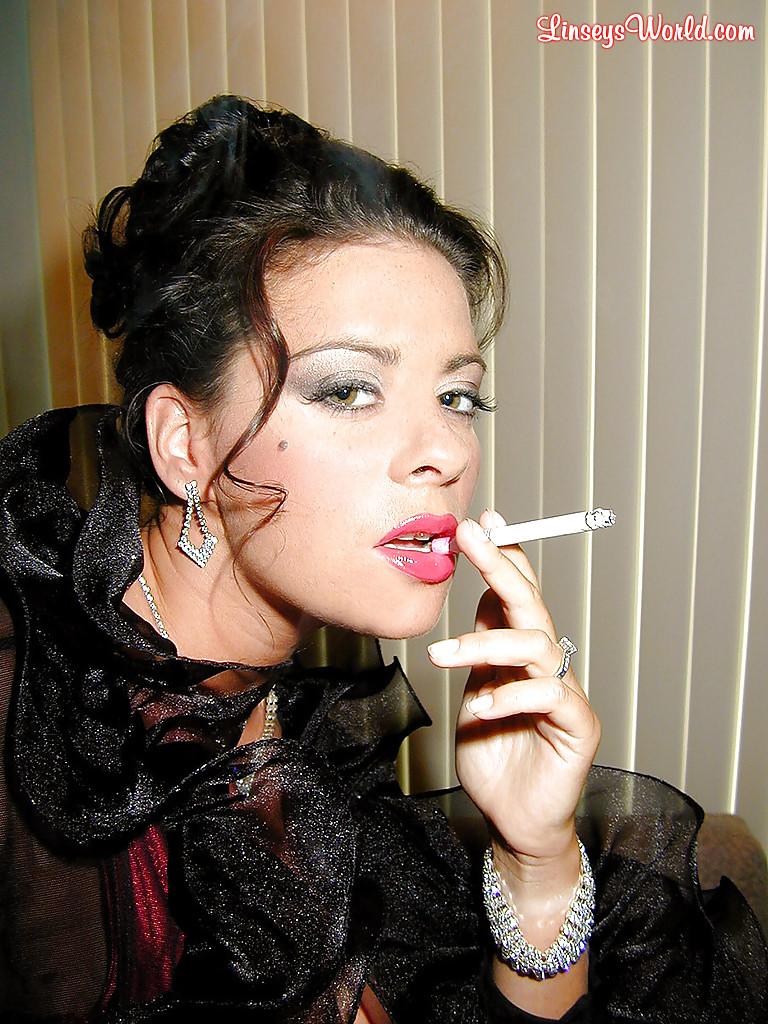 Интеллигентная дама с большими сиськами курит сигарету - фото #4