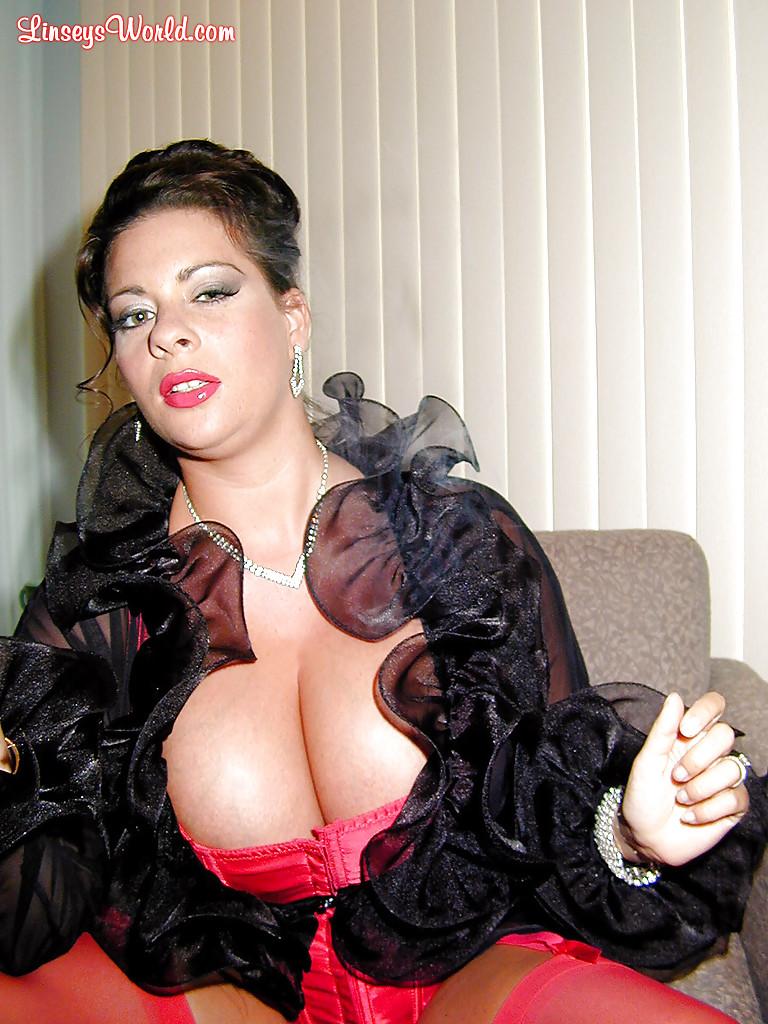 Интеллигентная дама с большими сиськами курит сигарету - фото #8
