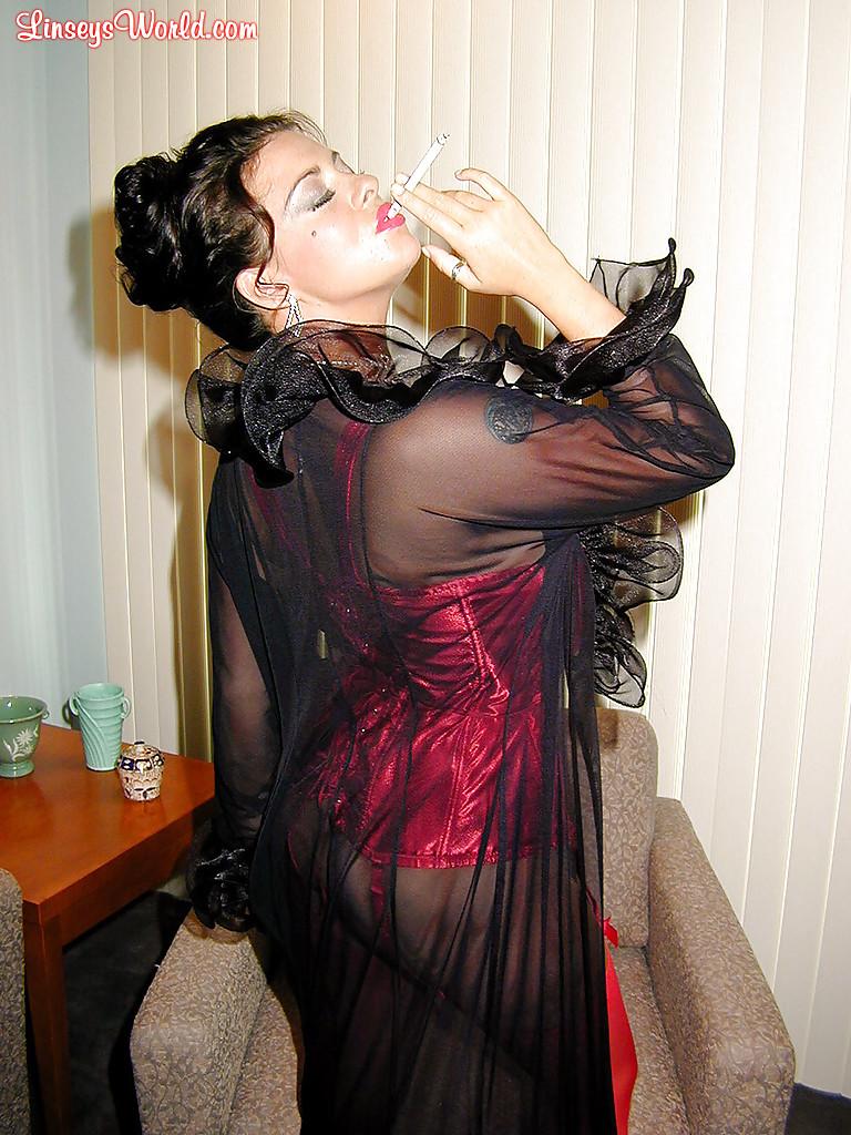 Интеллигентная дама с большими сиськами курит сигарету - фото #10