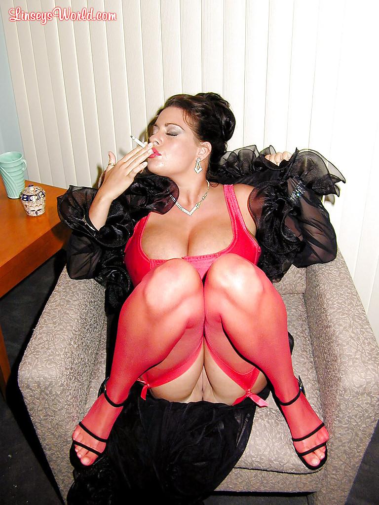 Интеллигентная дама с большими сиськами курит сигарету - фото #15