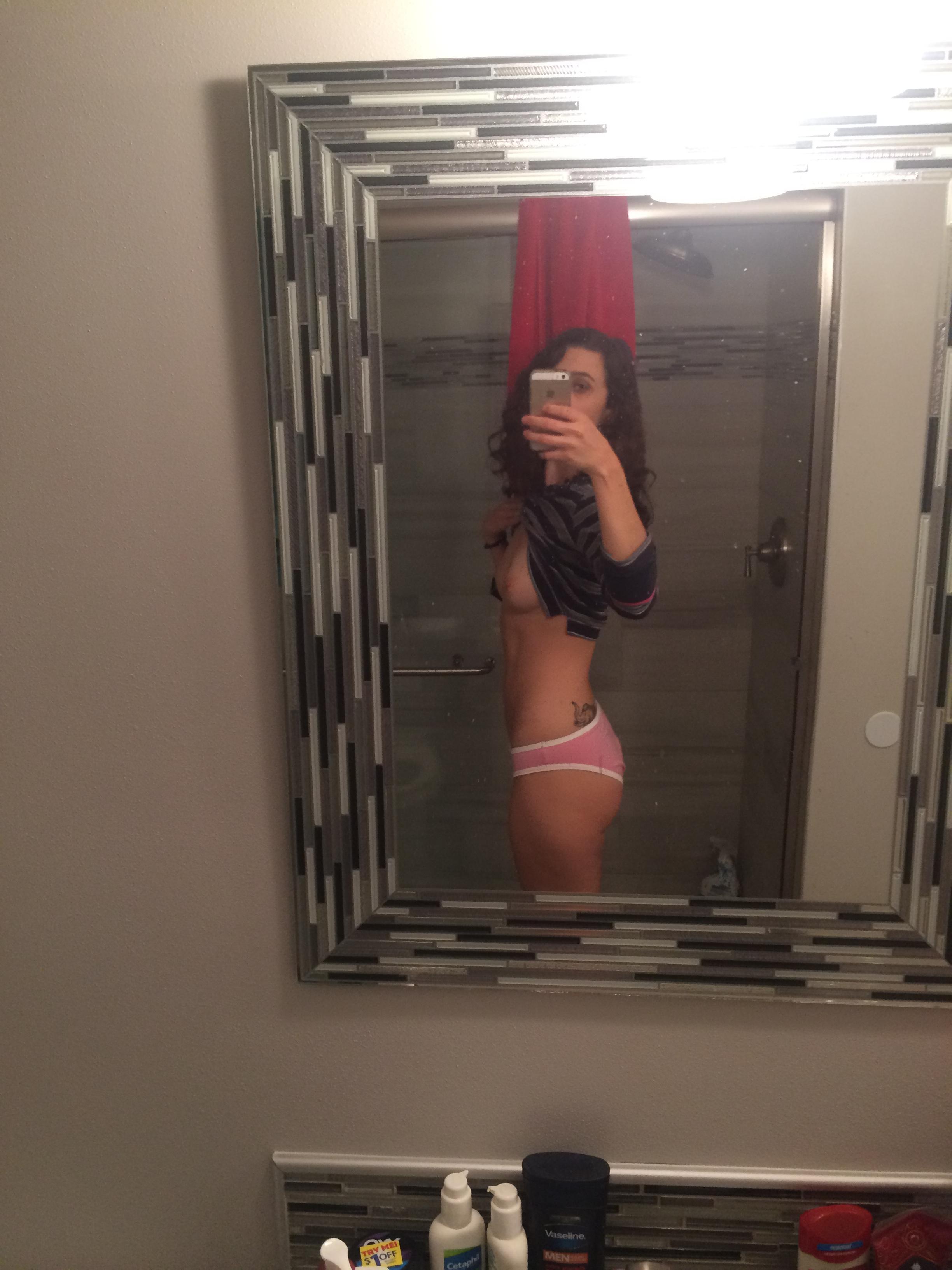Девки делают обнаженное селфи перед зеркалом - фото #3