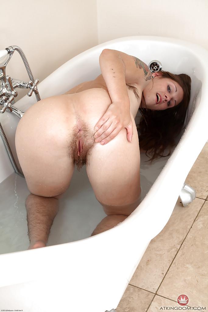 Волосатая милашка разделась в ванной - фото #11