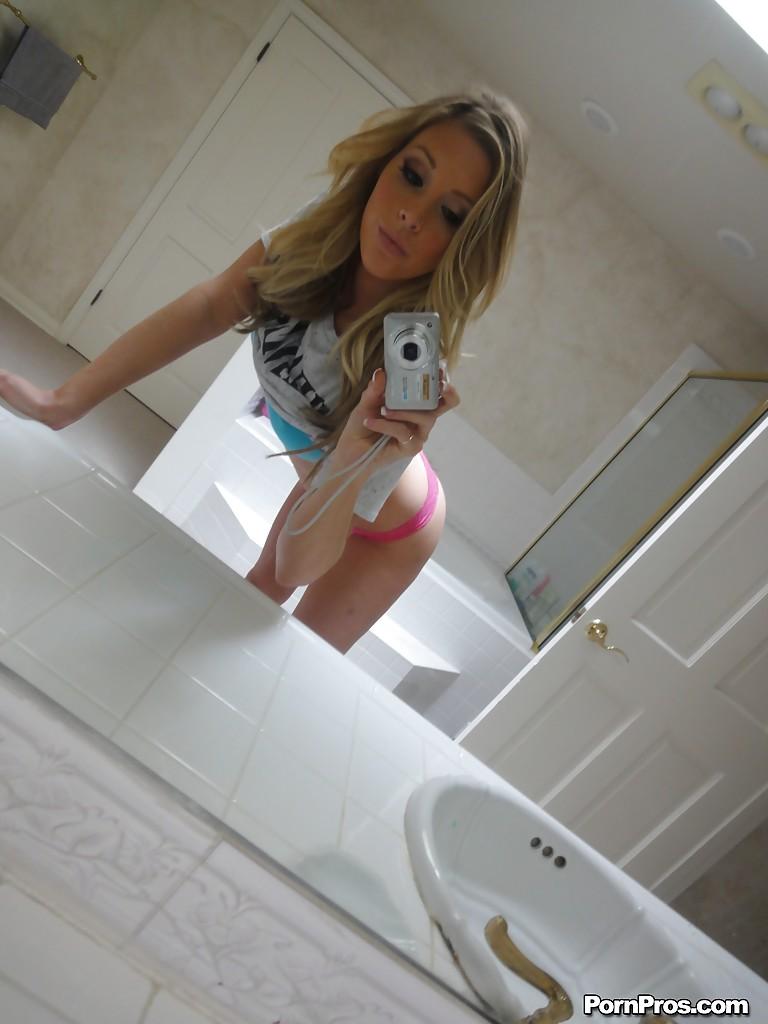 Модница Саманта Сэйнт делает эротические селфи у зеркала в ванной - фото #4