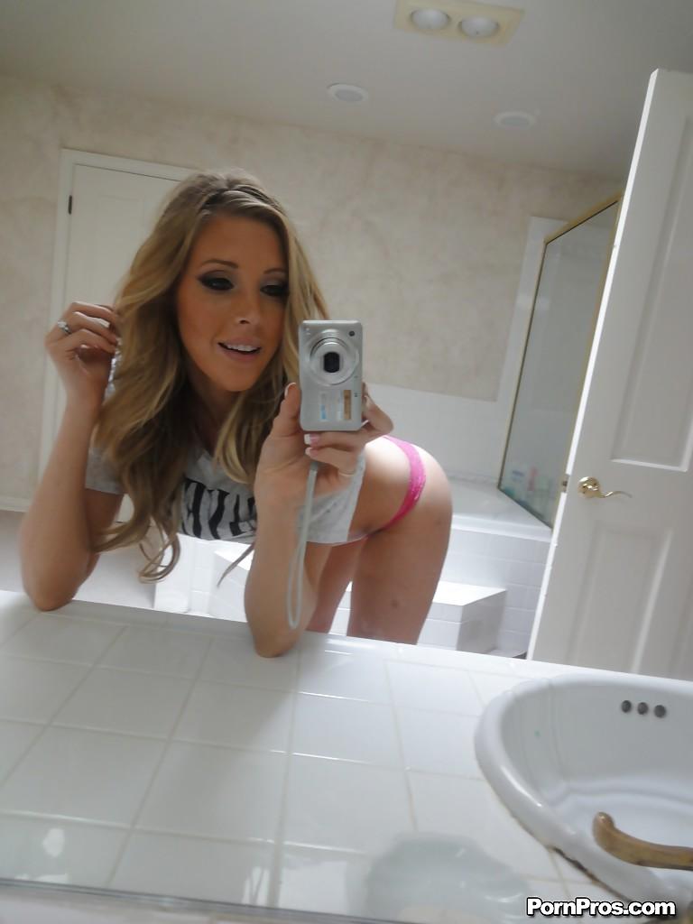 Модница Саманта Сэйнт делает эротические селфи у зеркала в ванной - фото #5