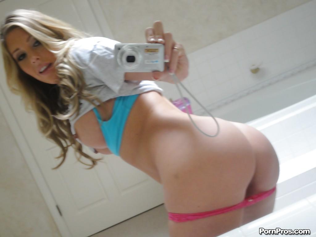 Модница Саманта Сэйнт делает эротические селфи у зеркала в ванной - фото #10