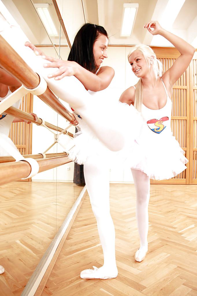 Балерины расслабляются при помощи игрушек