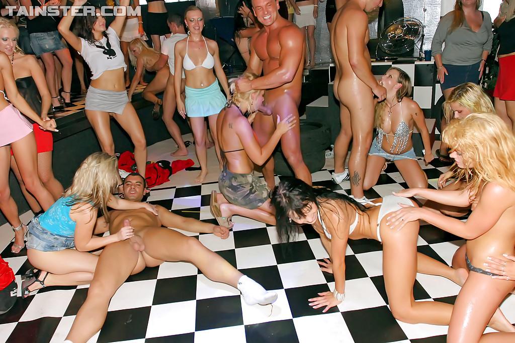 Молодежь в клубе отрывается на полную катушку - фото #3