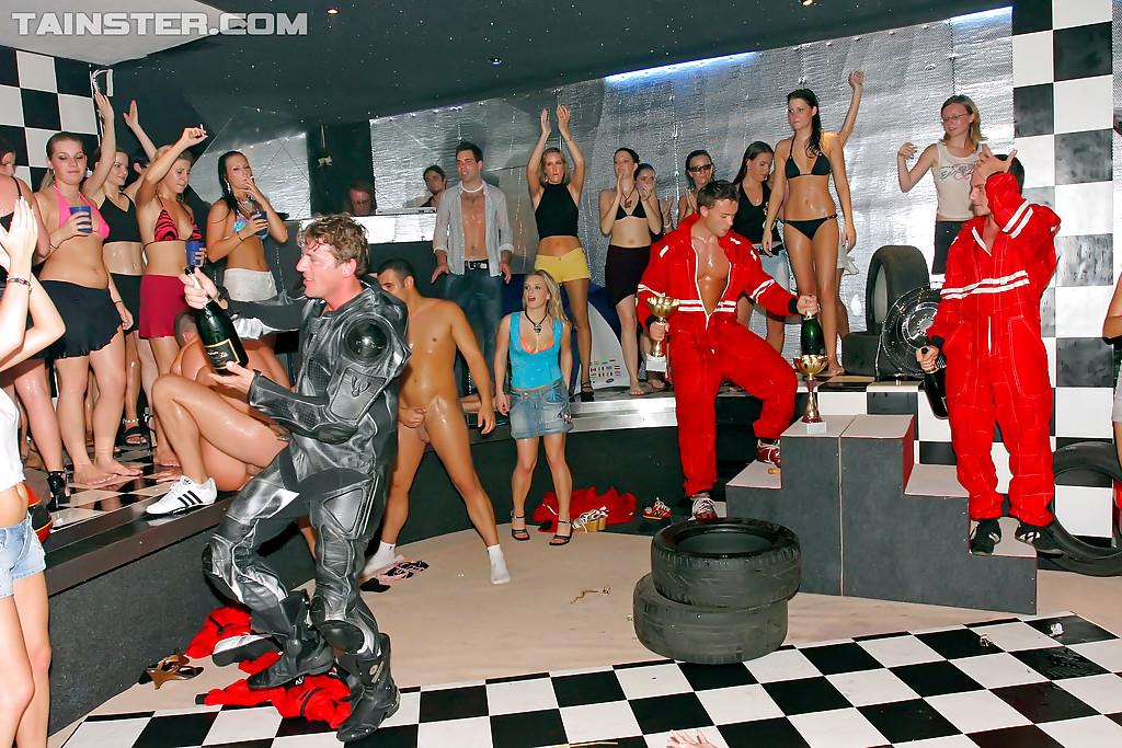 Молодежь в клубе отрывается на полную катушку - фото #8