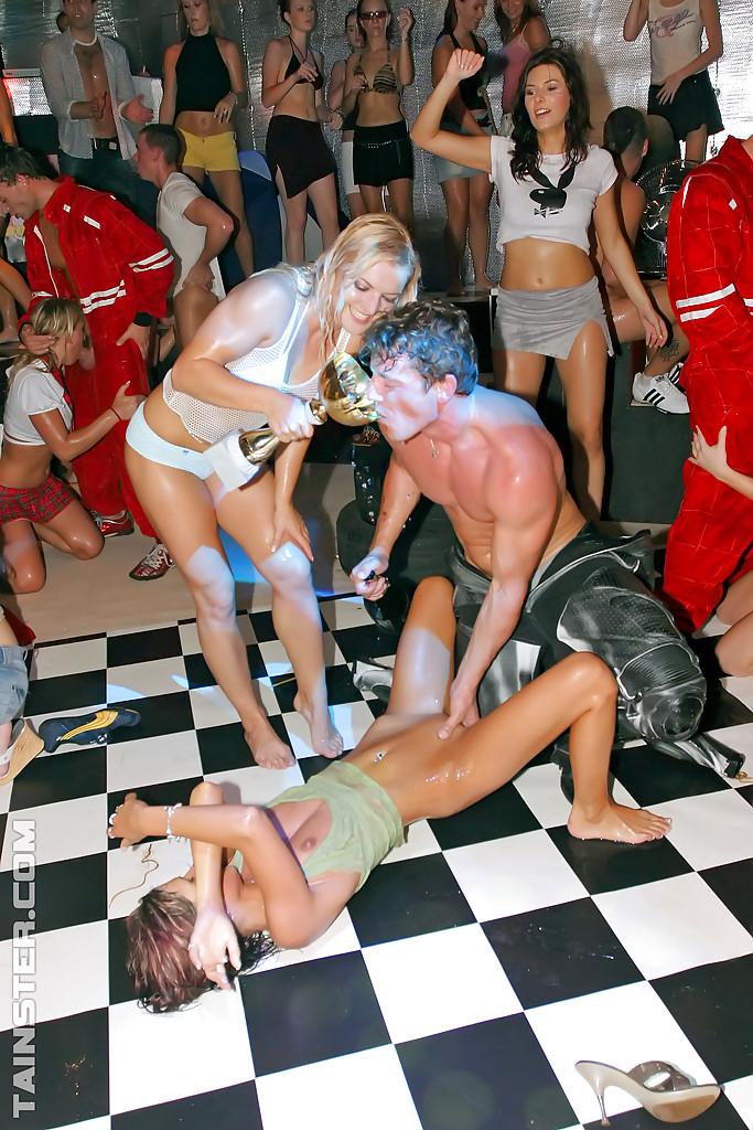 Молодежь в клубе отрывается на полную катушку - фото #9