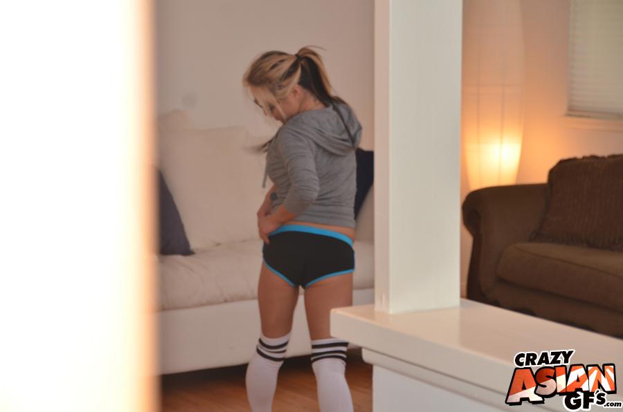 Спортсменка Мия Райдер делает упражнение и выпячивает попку