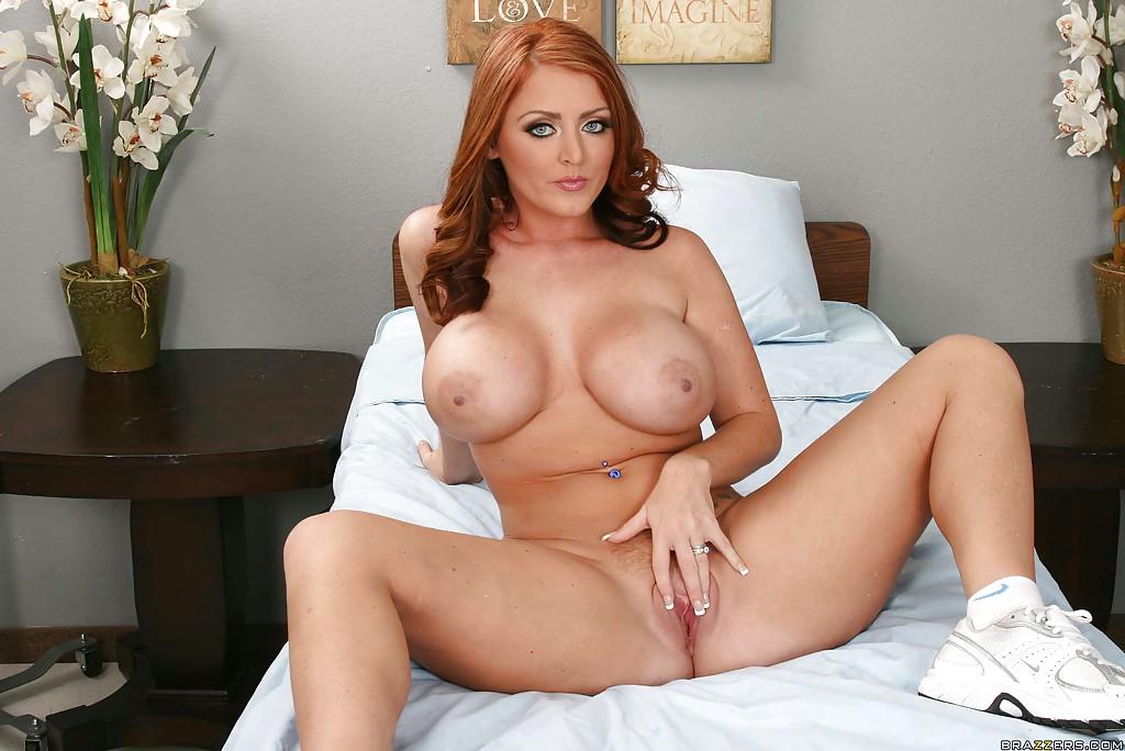 Рыжуха Sophie Dee поджидает избранника на кровати голой - фото #11