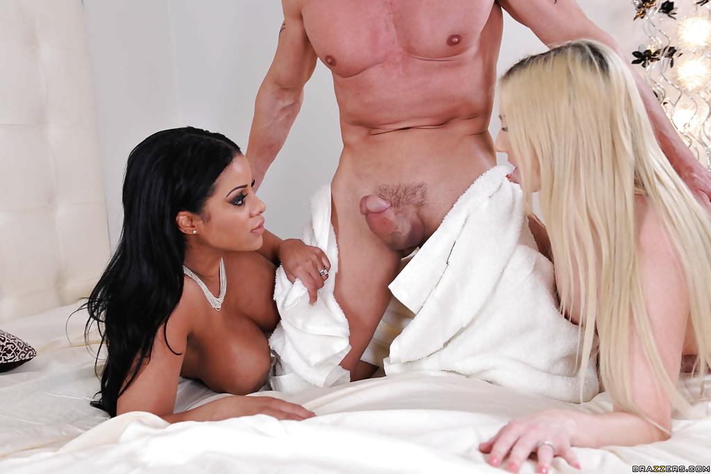 Блондинка предложила подруге и её мужу потрахаться втроём - фото #2