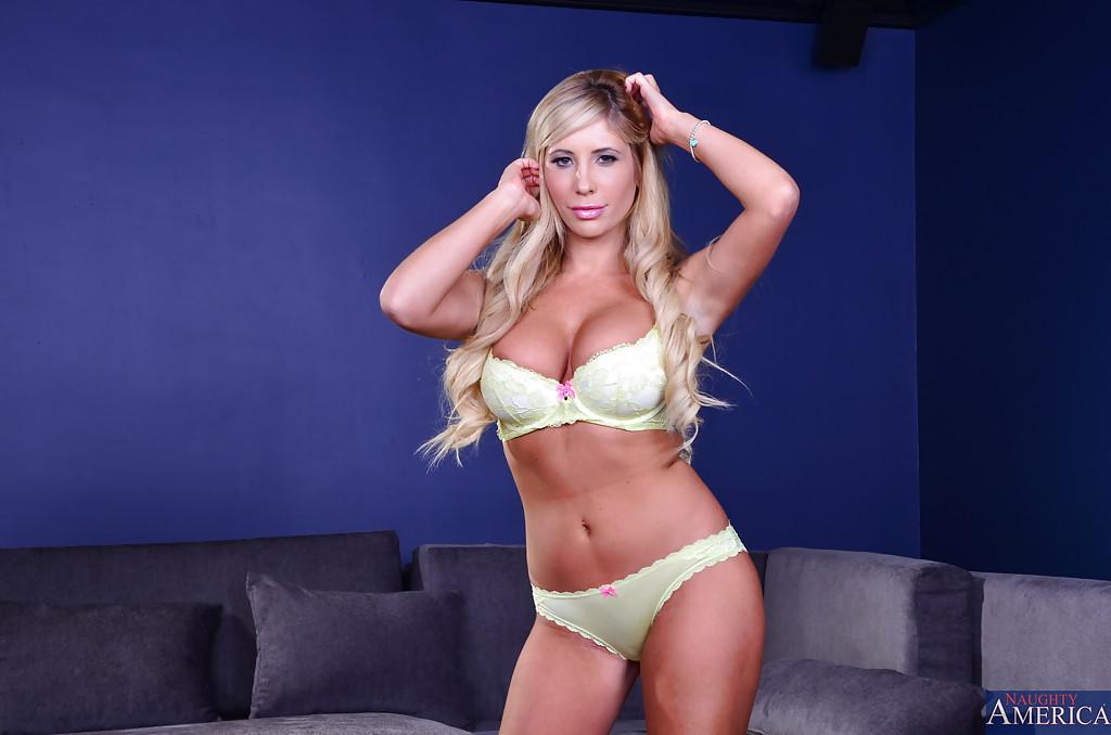 Блондинка завлекает своим телом - фото #1