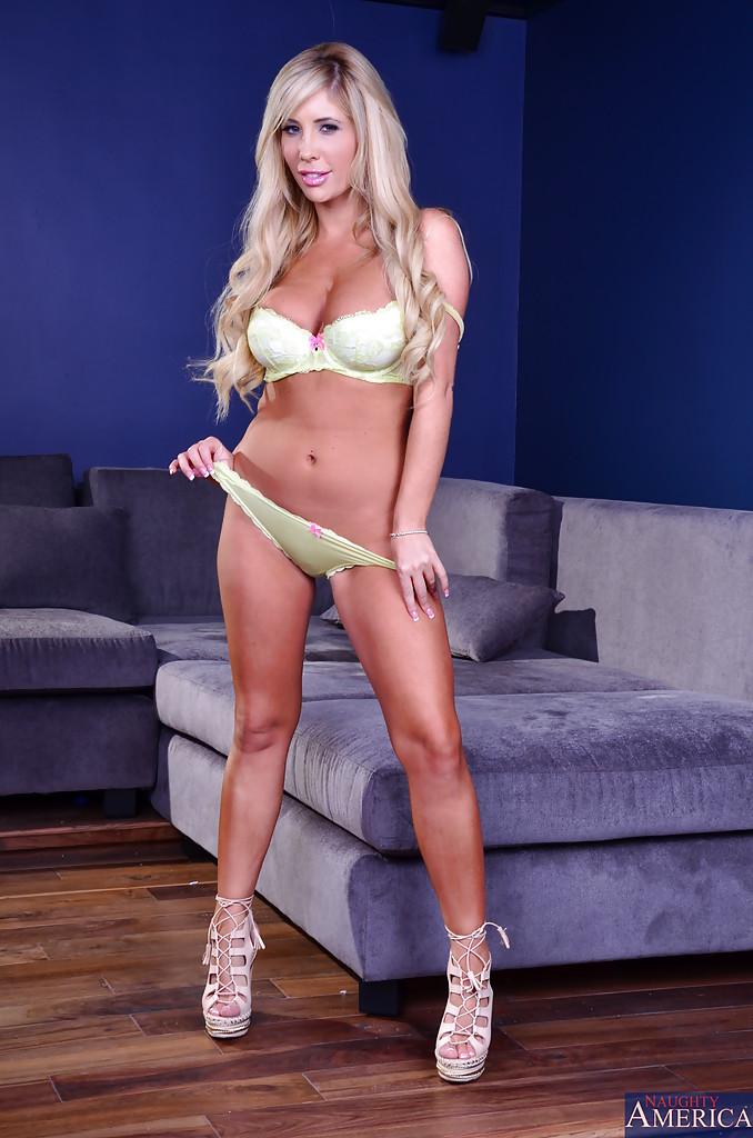 Блондинка завлекает своим телом - фото #2