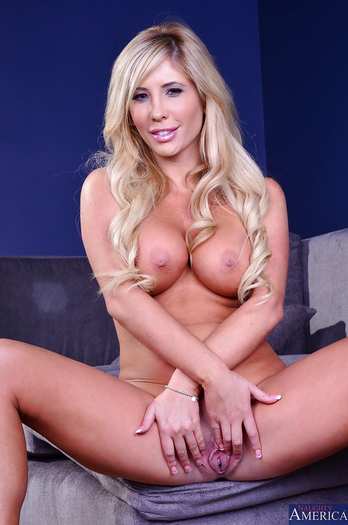 Блондинка завлекает своим телом - фото #11