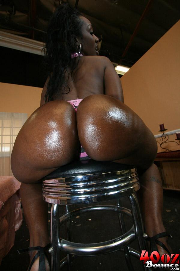 Мулатка с огромной задницей соблазняет своего парня - фото #15