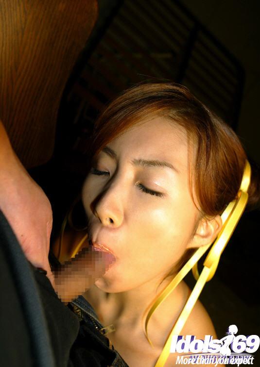 Японка отсасывает член, находясь в плену - фото #3