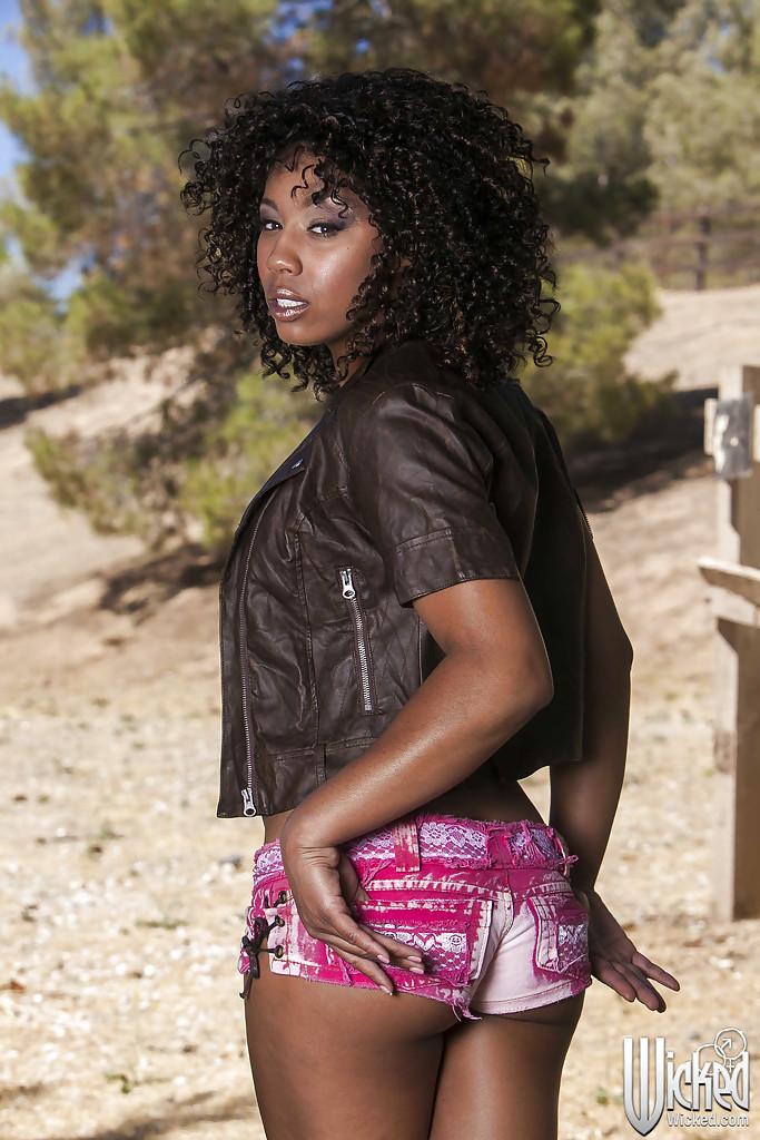 Негритянка Misty Stone позирует на ранчо - фото #1